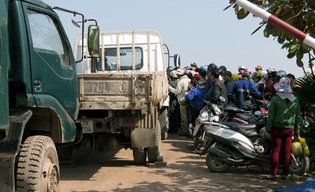 Hàng trăm người cùng xe tải phong tỏa nhà máy gạch tuy-nen Vũ Bình.