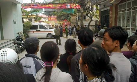 Nhiều người dân tụ tập quanh hiện trường vụ việc.