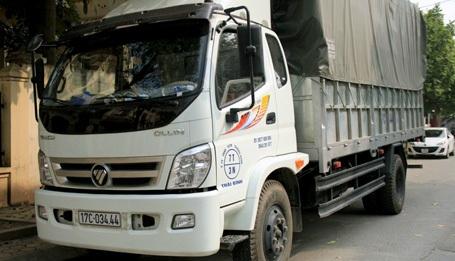Chiếc xe tải chở bánh kẹo lậu bị bắt giữ.