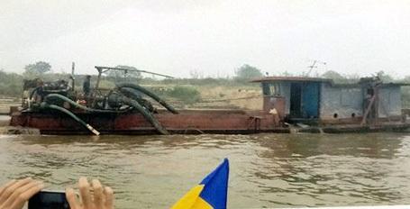 Chiếc tàu hút trộm cát bị bắt quả tang. (Ảnh: CQĐT cung cấp)