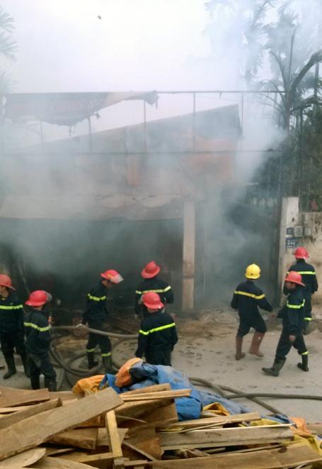 Vụ hỏa hoạn xảy ra tại xưởng gỗ sát chân đê.