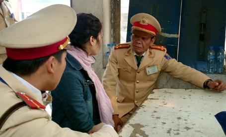 Thượng tá Đoàn cùng đồng đội khuyên nhủ cô gái có ý định nhảy cầu tự tử.