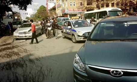 5 chiếc xe va chạm liên hoàn gây ùn tắc một đoạn đường.