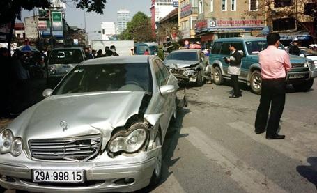Chiếc xe Mercedes bị hư hỏng nặng phần đầu và đuôi.