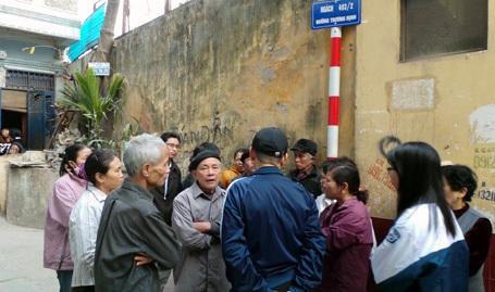 Người dân bàn tán xung quanh vụ thảm án.
