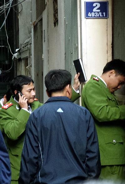 Cảnh sát tổ chức khám nghiệm hiện trường vụ án.
