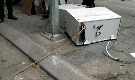 Phần đai két sắt được móc nối với một đoạn dây cáp.
