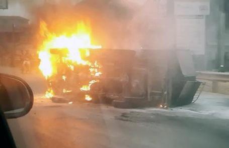 Chiếc xe tải lật nghiêng, bốc cháy ở gầm xe.