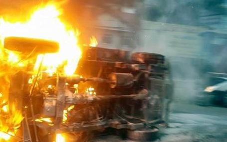 Ngọn lửa nhanh chóng nuốt trọn chiếc xe.