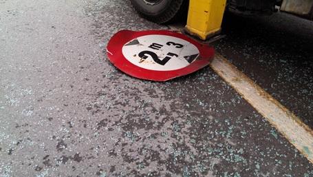 Biển báo rơi xuống đường.