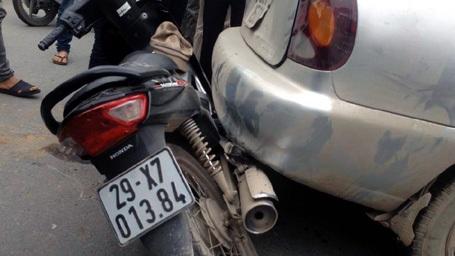 Chiếc ô tô được phanh bằng xe máy và xe đạp điện.