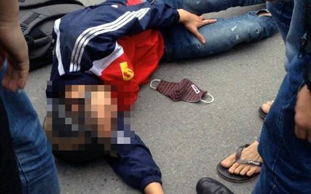 Hai nạn nhân bất tỉnh dưới đường.