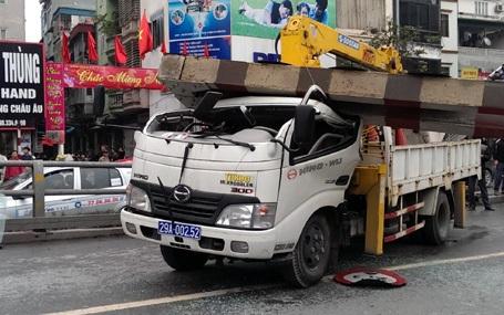 Chiếc xe cẩu bị cổng thép đè bẹp.