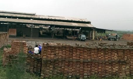 Xe tải chở gạch bán tháo ra ngoài.