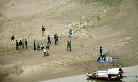 Cơ quan công an đưa xác nạn nhân lên bờ, tiến hành khám nghiệm tử thi.