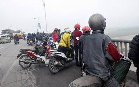 Nhiều người đi đường dừng lại trên cầu Vĩnh Tuy chứng kiến vụ việc.