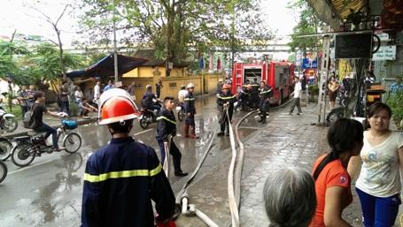 Lực lượng cứu hỏa chuyên nghiệp nhanh chóng khống chế ngọn lửa.