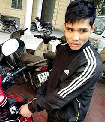 Đối tượng Việt thực nghiệm việc phá khóa 1 chiếc xe máy.