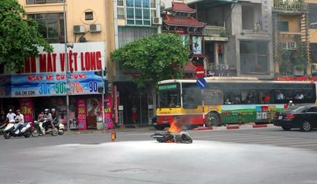 Chiếc xe máy bốc cháy giữa ngã tư.