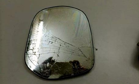 Gương xe Lexus 470 rạn vỡ vì Cương dùng làm hung khí chống lại công an.