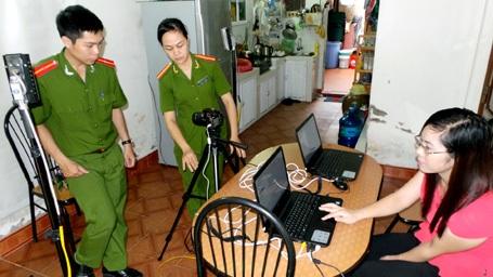 Một phòng cấp chứng minh thư lưu động được lắp đặt tại nhà dân.
