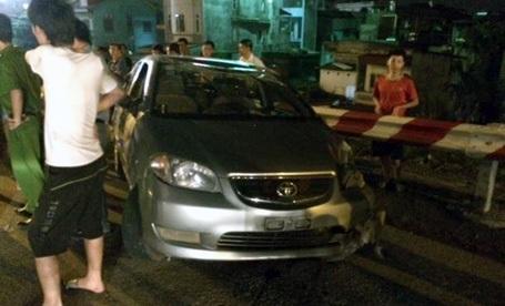 Chiếc xe ô tô diễn xiếc trên cầu Thăng Long. (Ảnh: CSGT cung cấp)