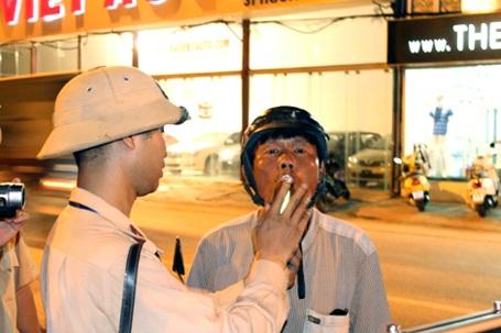 Công an Hà Nội kiểm tra nồng độ cồn người tham gia giao thông vừa rời quán bia.