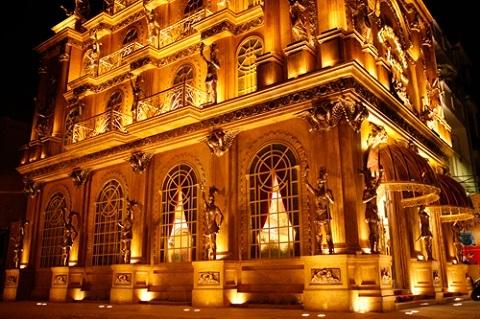 Ngắm tòa lâu đài dát vàng đẹp như cổ tích giữa Sài Gòn