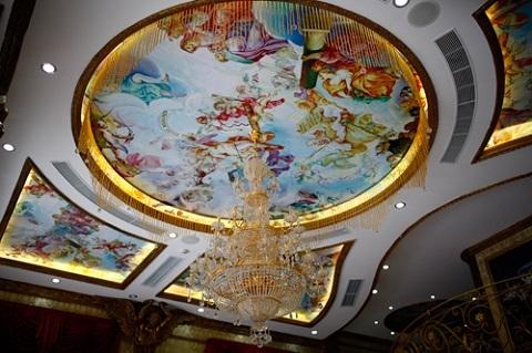 Trần nhà được dát vàng các đường viền và tranh vẽ các vị thiên thần