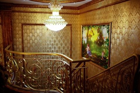 Những vật dụng trong nhà tắm cũng được sử dụng theo đúng gu của lâu đài châu Âu cổ điển
