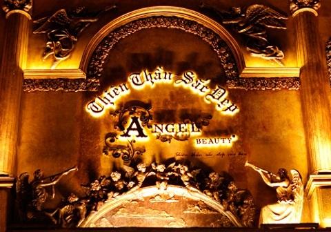 Các chi tiết trên tường được dát vàng và được các thợ làm bằng tay