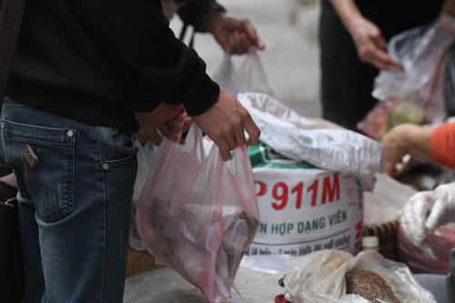 Nhiều người mua tới hàng chục gói xôi mỗi sáng