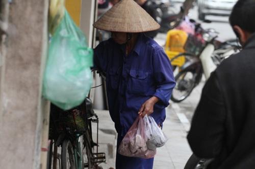 Khách hàng mua xôi ở quán phần lớn là người dân lao động sinh sống ở Thủ đô