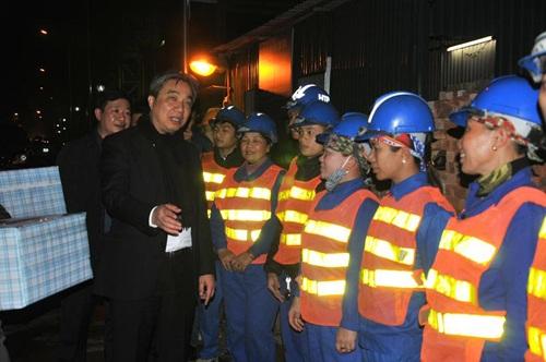 Ông Vũ Văn Viện tặng quà công nhân trong đêm vi hành kiểm tra tiến độ dự án đường lớn của Thủ đô