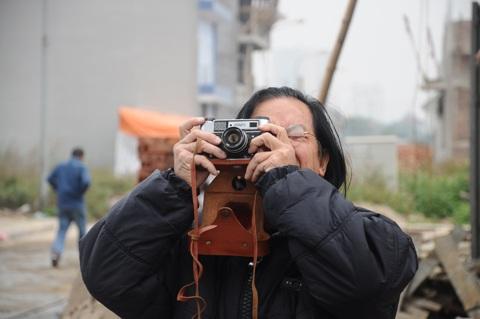 Vị khách già say mê với chiếc máy ảnh cổ