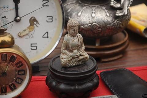Tượng phật bằng ngọc có tuổi đời hàng trăm năm được bày bán tại phiên chợ đồ xưa