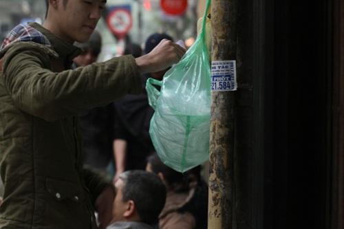 Khách hàng tới mua tự lấy giấy bóng