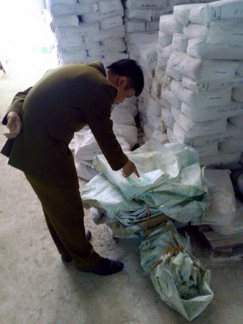 Lực lượng quản lý thị trường kiểm tra cơ sở sản xuất phân bón rởm