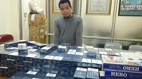 Chử Văn Đông cùng số thuốc lá lậu bị thu giữ