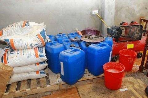 Các thùng dung dịch, nguyên liệu để pha chế sữa tắm