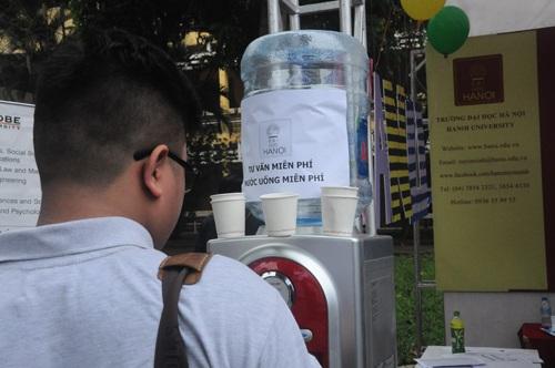 Nước uống miễn phí cho sinh viên đến tư vấn tại gian hàng của Đại học Hà Nội