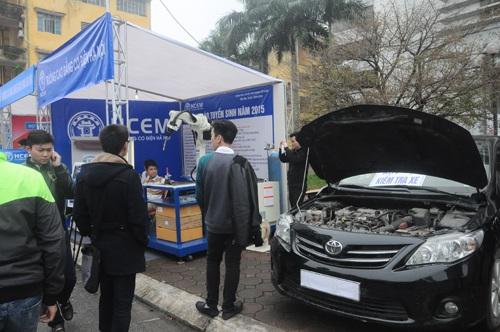 Trường Cao đẳng Cơ điện Hà Nội đưa ô tô đến để thực tập sửa chữa