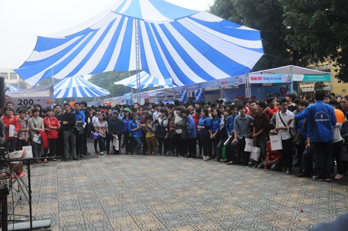Điểm nhấn của ngày hội là 100 gian tư vấn của 70 trường ĐH, CĐ