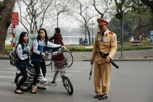 Sở GD&ĐT Hà Nội yêu cầu học sinh đội mũ bảo hiểm khi đi xe đạp điện