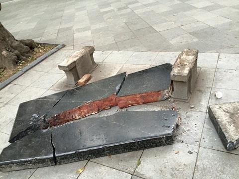 Chiếc ghế đá bị phá vỡ