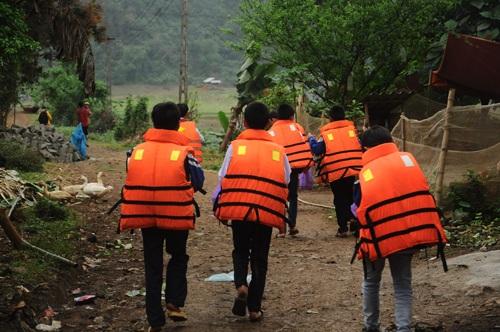 """""""Choáng"""" trước cảnh học sinh lớp 6 tự chèo thuyền đi học"""