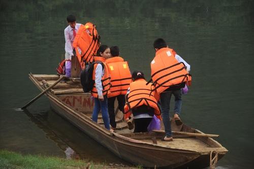 Các em học sinh chèo lên 3 chiếc thuyền được neo gần bờ sông cách trường học gần 1km