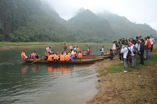 Một em học sinh lớp 7 dùng chân chèo thuyền làm người lái đò đưa các bạn của mình qua sông