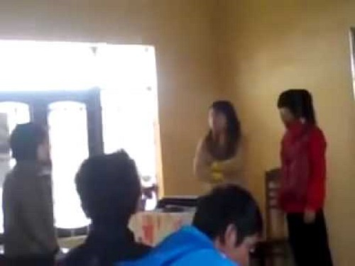 Hình ảnh cô giáo đánh học sinh nữ trong lớp học