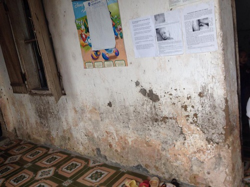 Các bức tường của lớp học ấm thấp, đều đã bong tróc.